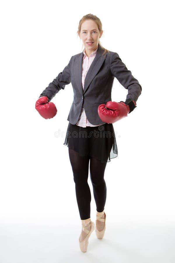 Ballerina di affari con i guantoni da pugile fotografia stock