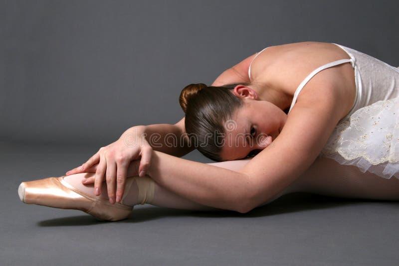 Ballerina, die auf Fußboden #2 sich entspannt lizenzfreies stockfoto