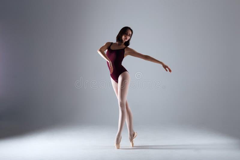 Ballerina die in de duisternis dansen royalty-vrije stock fotografie
