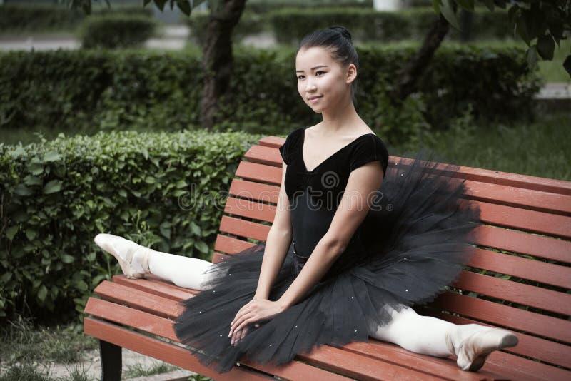 Ballerina, die in den Spalten sitzt lizenzfreie stockfotografie
