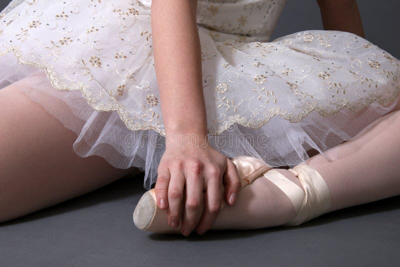 Ballerina, die in der Farbe stillsteht lizenzfreies stockbild