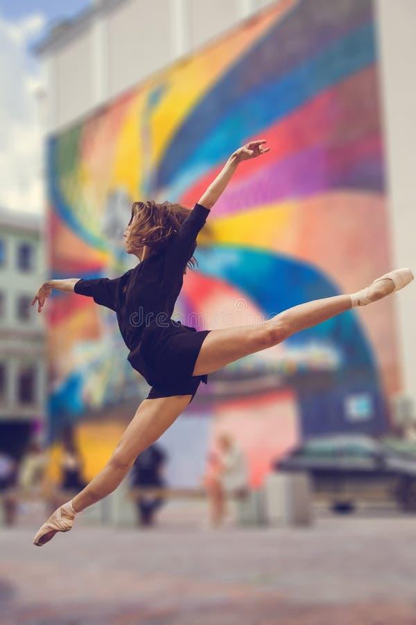Ballerina, die in der Mitte von Moskau-Stadt aufwirft lizenzfreie stockbilder