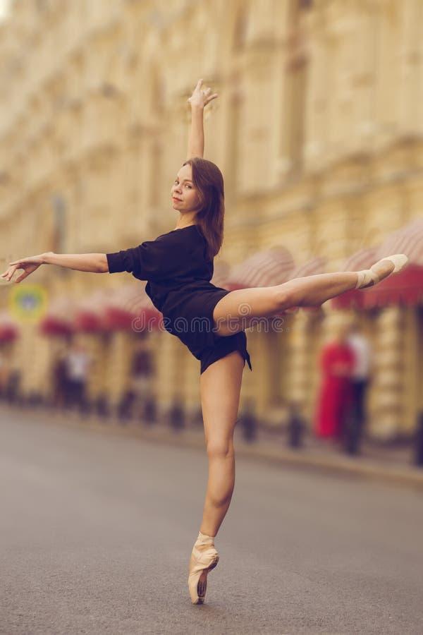 Ballerina, die in der Mitte von Moskau-Stadt aufwirft lizenzfreies stockbild
