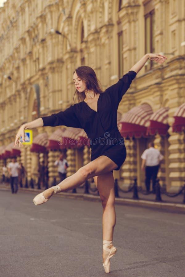 Ballerina, die in der Mitte von Moskau-Stadt aufwirft lizenzfreie stockfotos