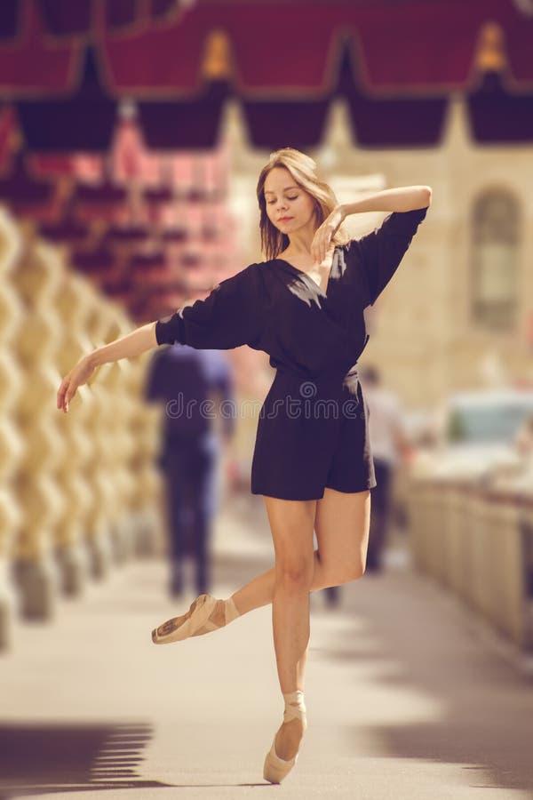 Ballerina, die in der Mitte von Moskau-Stadt aufwirft lizenzfreies stockfoto