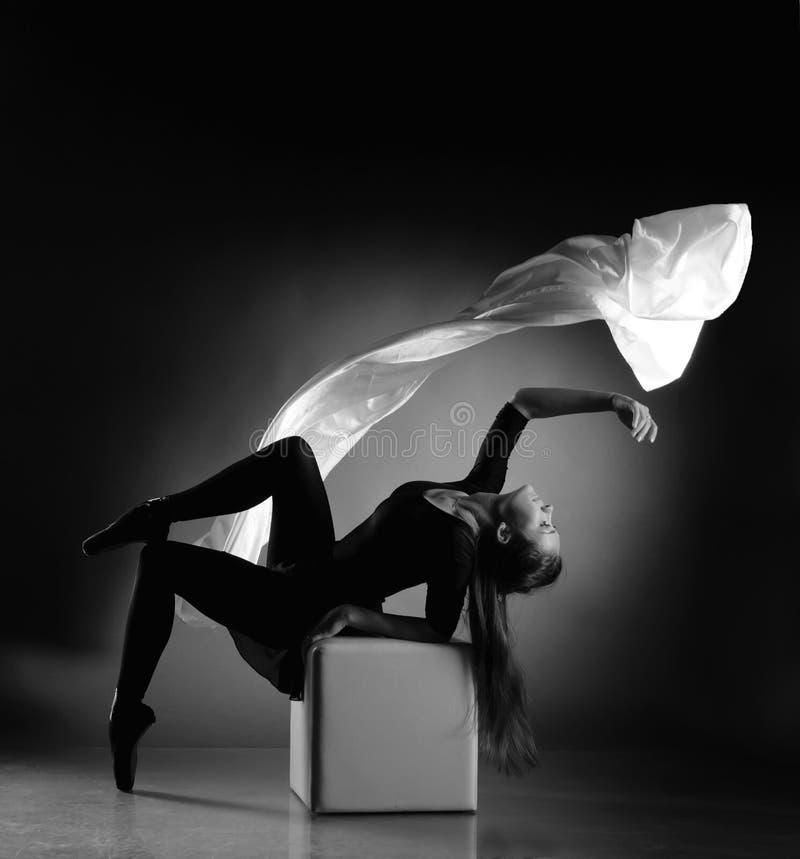 Ballerina, die een doek met weefsel vliegt royalty-vrije stock foto's
