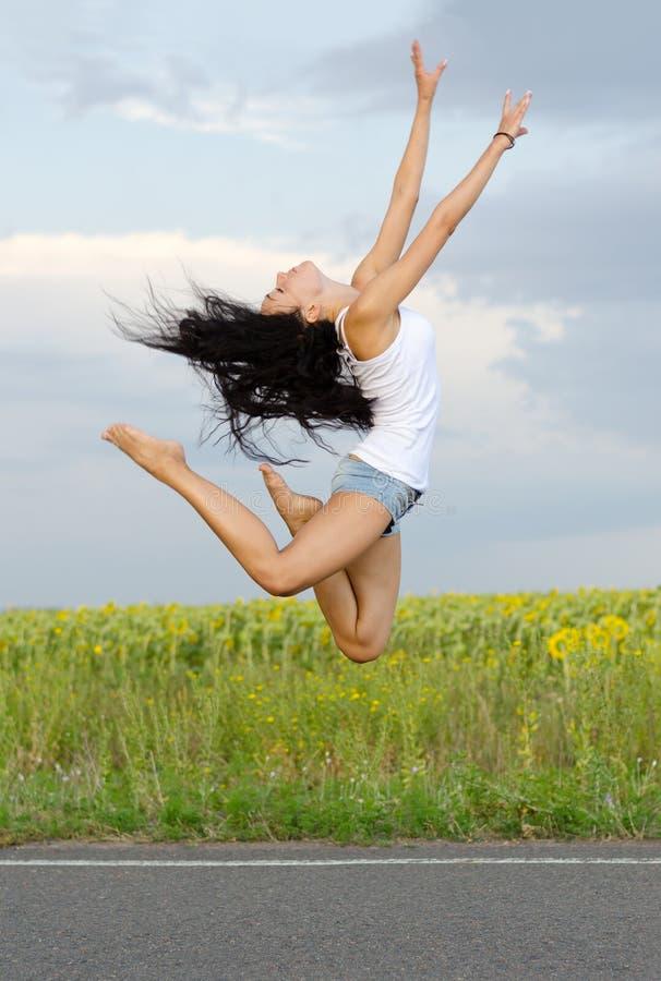 Ballerina, die hoch in die Luft springt stockbild