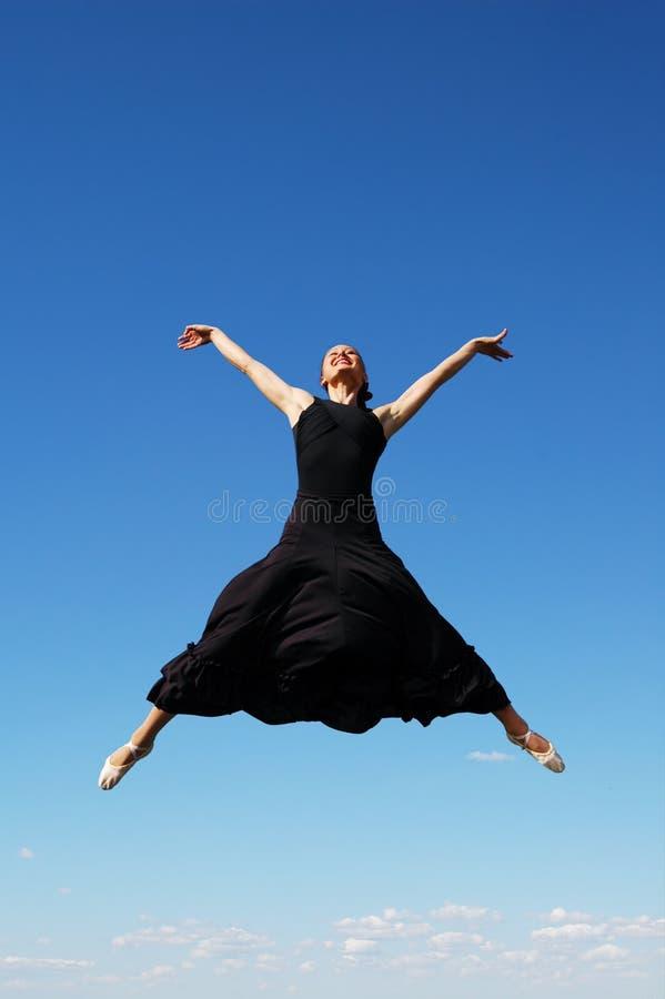 Ballerina die hoog springt stock foto