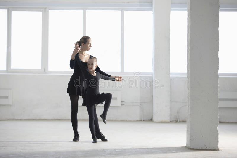 Ballerina, die junges Mädchen im Lager unterrichtet lizenzfreies stockfoto