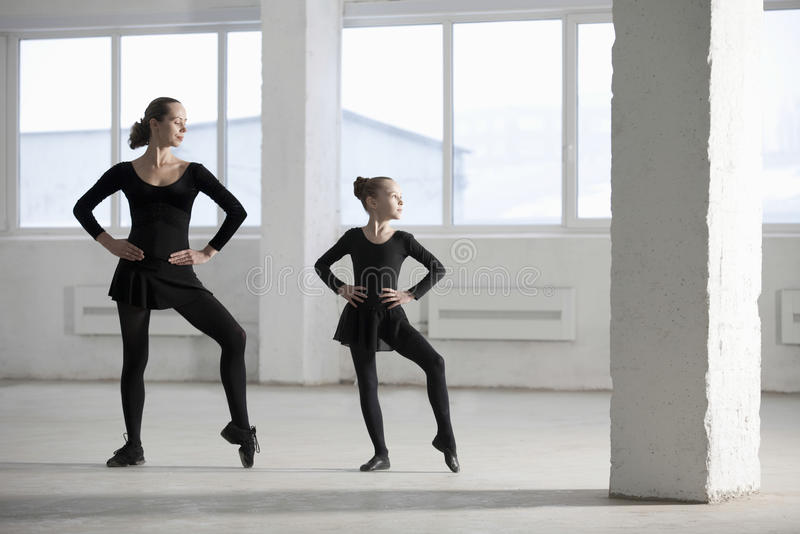 Ballerina, die junges Mädchen im Lager unterrichtet lizenzfreies stockbild