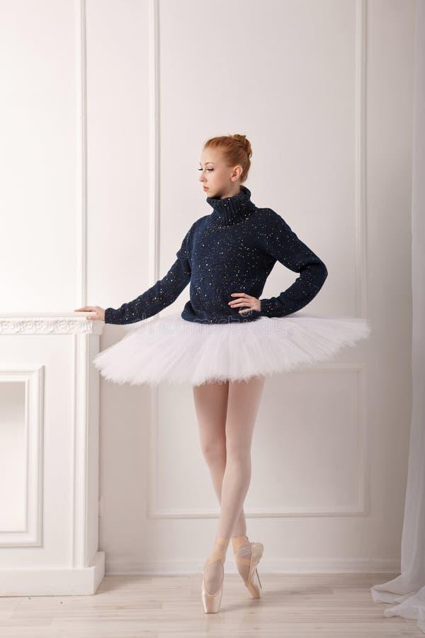 Ballerina, die am Kamin steht lizenzfreie stockfotografie