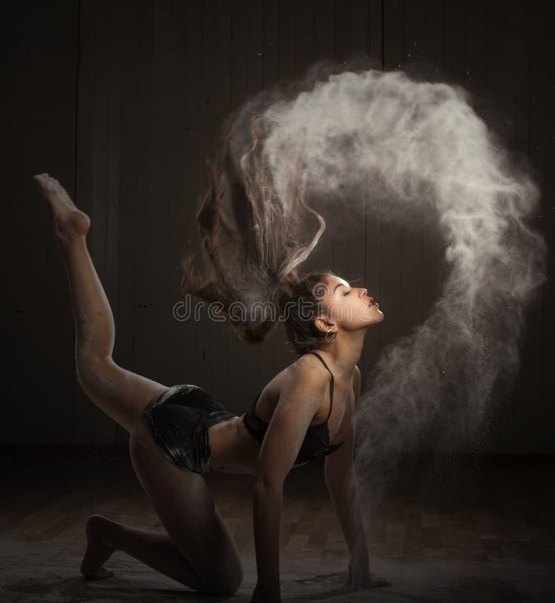 Ballerina die met bloem dansen royalty-vrije stock foto