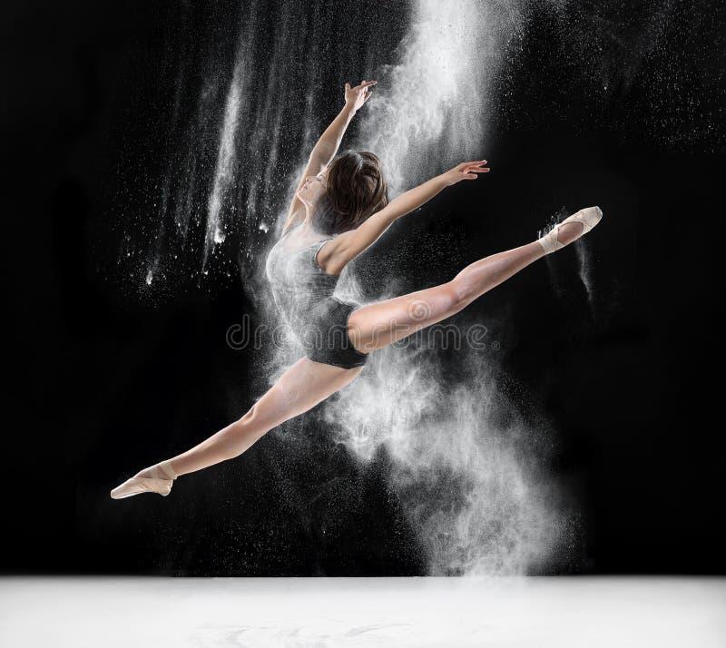 Ballerina die met bloem, sprong dansen stock foto's