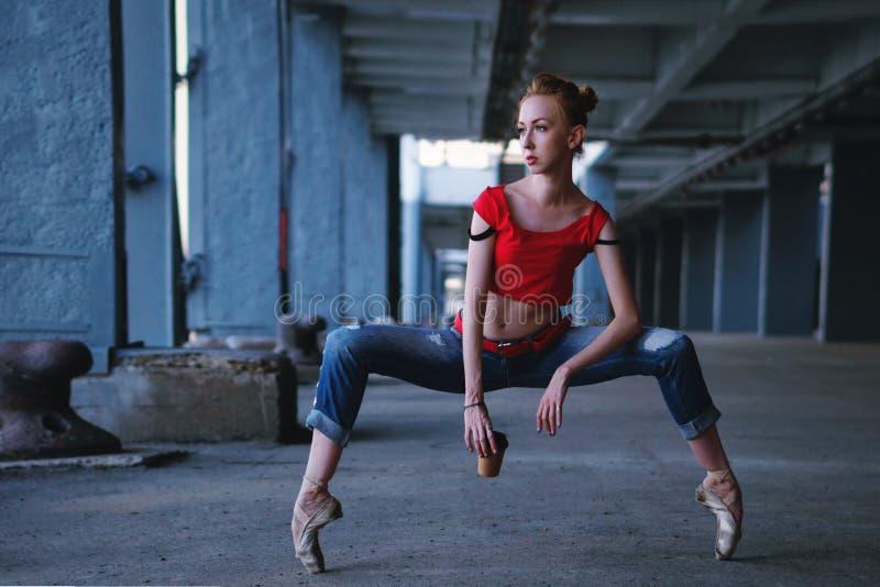 Ballerina die met kop van koffie dansen Straatprestaties stock fotografie