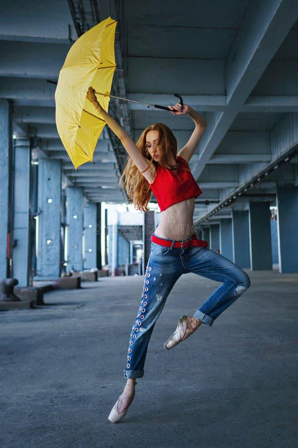 Ballerina die met paraplu dansen Straatprestaties stock foto