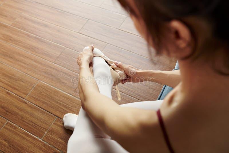 Ballerina, die nach der Ausbildung stillsteht lizenzfreies stockbild