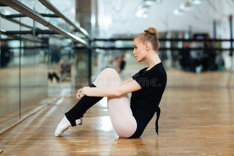 Ballerina die op de vloer rusten royalty-vrije stock fotografie