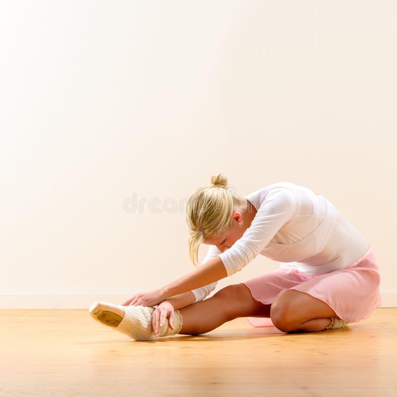 Ballerina die op haar knie buigen stock afbeeldingen