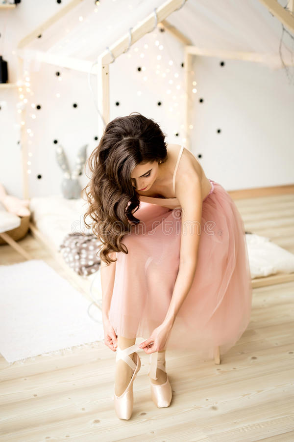 Ballerina die Pointe-Schoenen binden royalty-vrije stock afbeeldingen