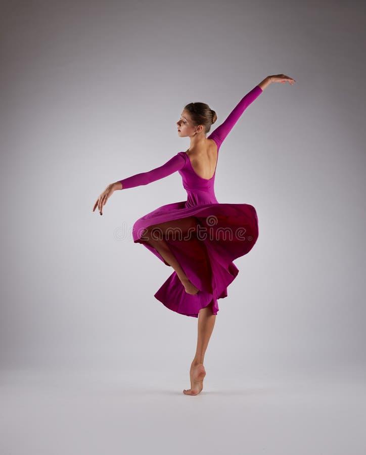 Ballerina die in roze vliegende kleding dansen royalty-vrije stock foto