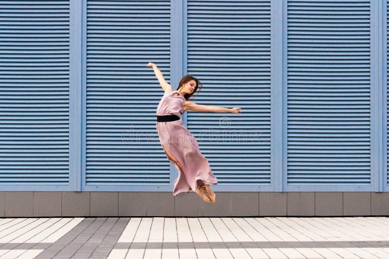Ballerina die in vrijetijdskleding dansen die springen royalty-vrije stock foto