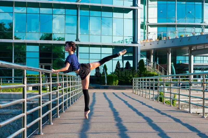 Ballerina die in vrijetijdskleding dansen die zich bevinden stock foto's