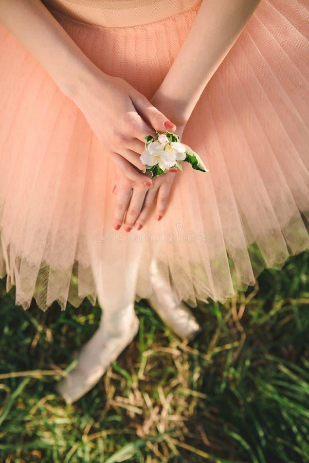 Ballerina, die weiße Blume in der Hand hält lizenzfreies stockfoto