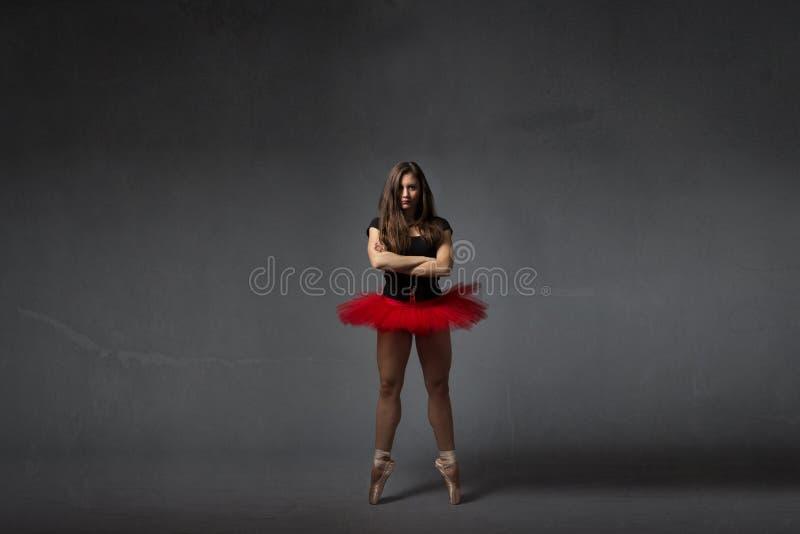 Ballerina die zich met de kruising van wapens bevinden royalty-vrije stock afbeelding