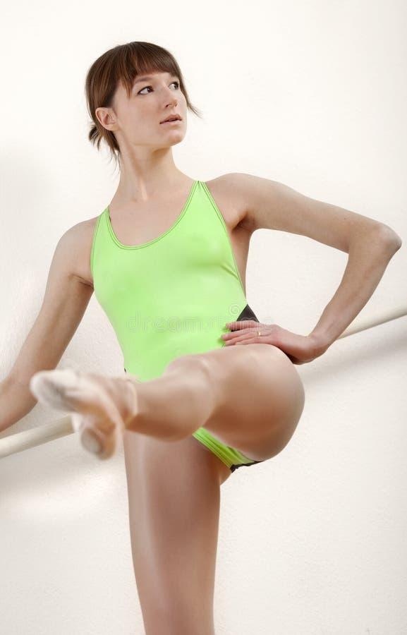Ballerina durch Training stockfotografie