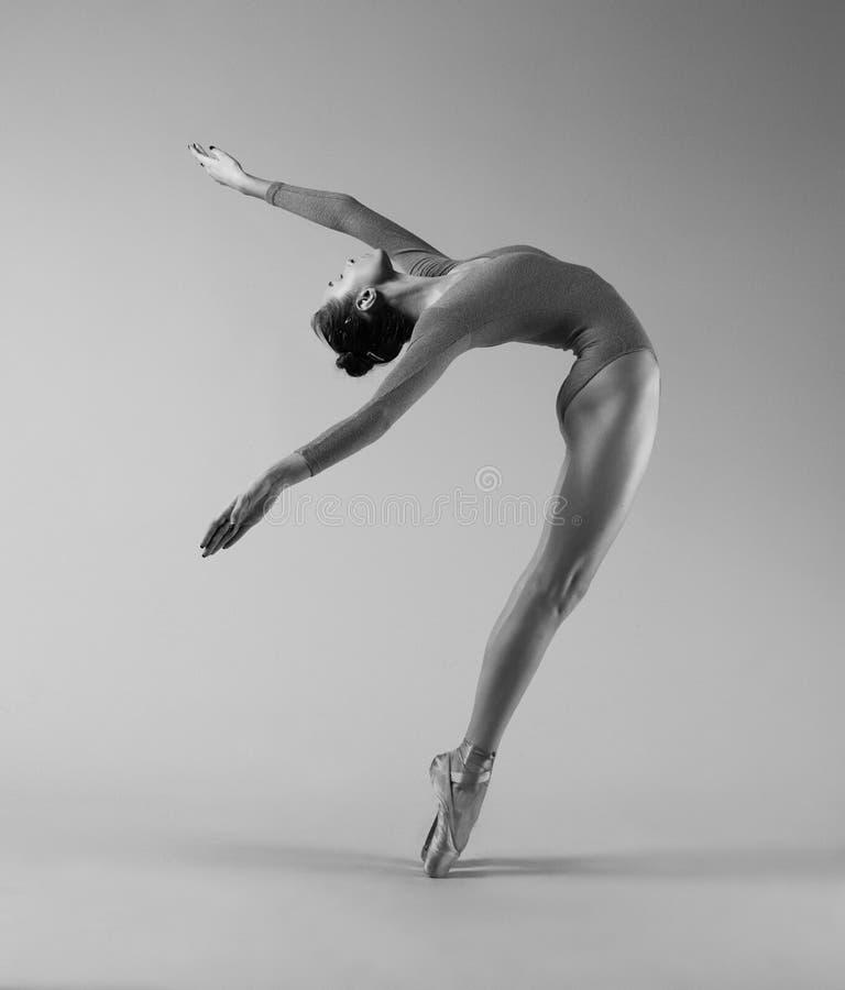 Ballerina in een mooie beweging stock foto