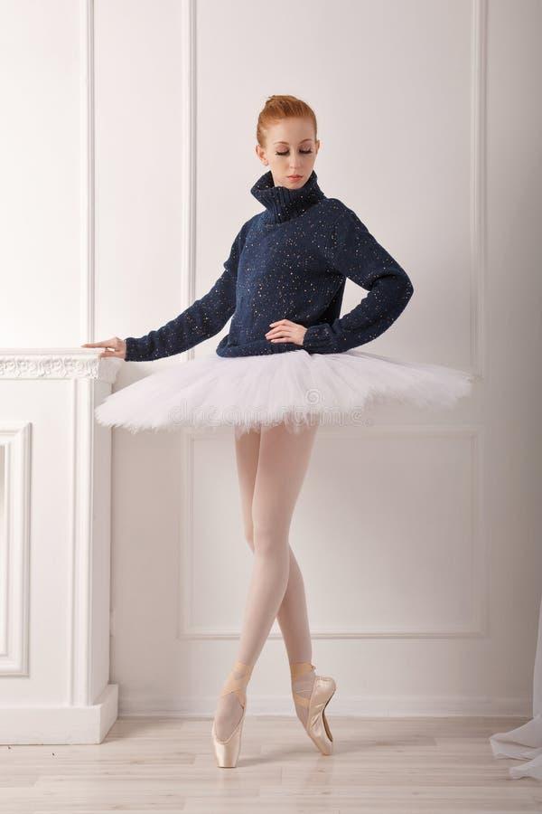 Ballerina in een warme sweater stock foto