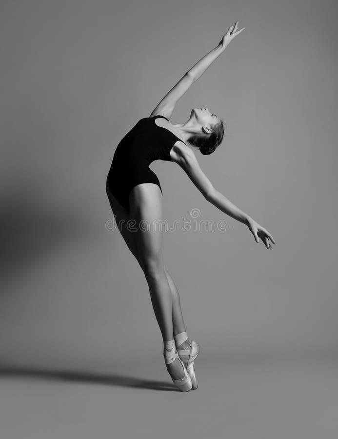 Ballerina in een zwart zwempak royalty-vrije stock fotografie