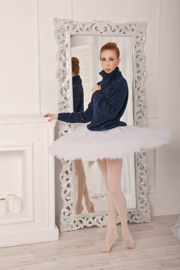 Ballerina in einer Strickjacke und in einem Ballettröckchen stockfotos