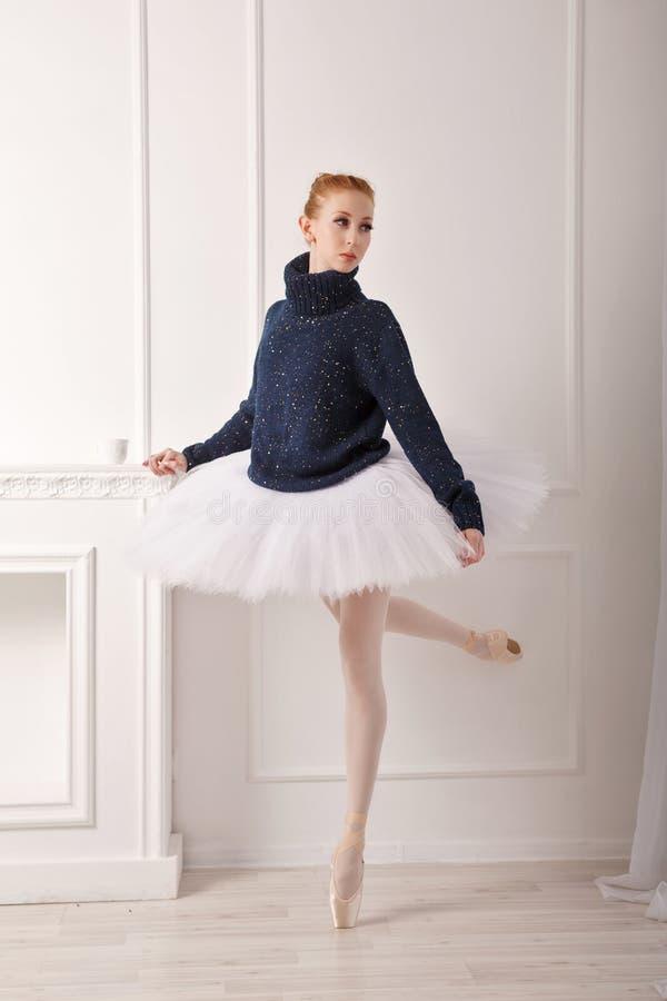 Ballerina in einer warmen Strickjacke lizenzfreies stockfoto