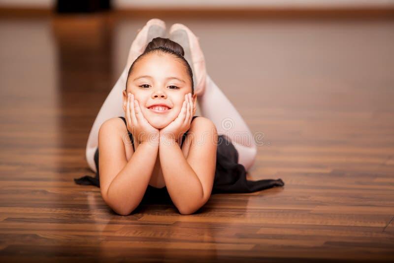 Ballerina felice durante la classe A immagini stock libere da diritti