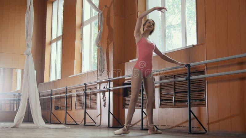 Ballerina graziosa che pratica nello studio, elementi della ragazza del ballo fotografia stock libera da diritti