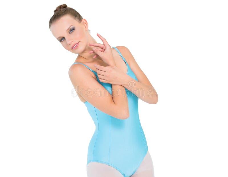 Ballerina graziosa seria che tiene le sue mani fotografie stock libere da diritti
