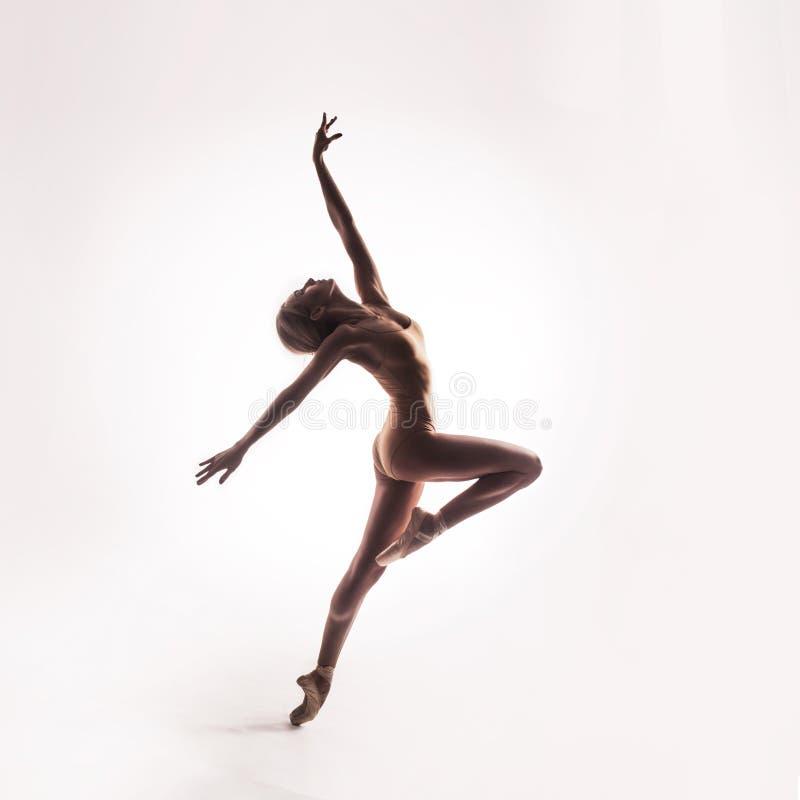 Ballerina in het beige uitrusting stellen op tenen stock afbeelding