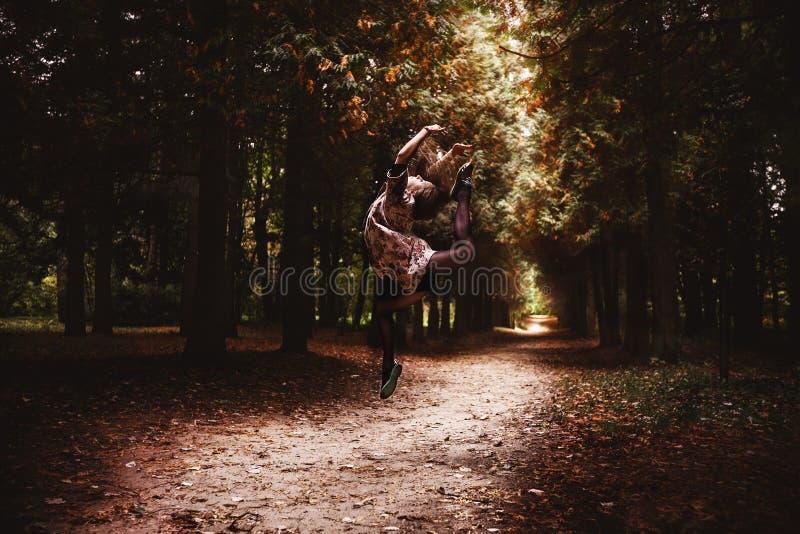 Ballerina in het park stock foto