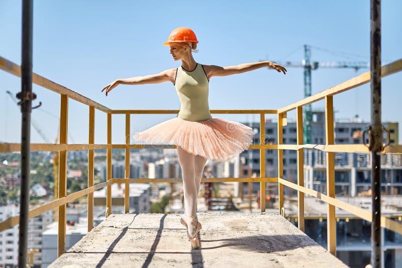 Ballerina het stellen bij concreet balkon stock afbeeldingen