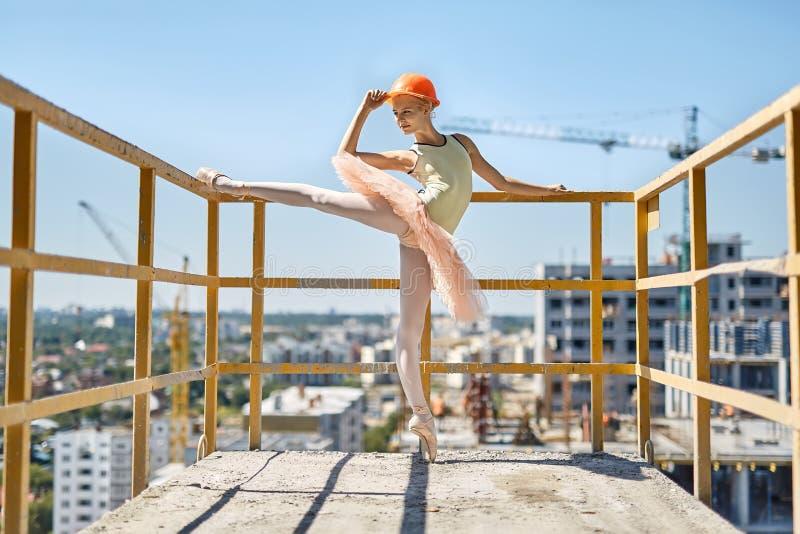 Ballerina het stellen bij concreet balkon stock fotografie