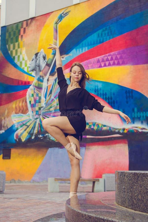 Ballerina het stellen in het centrum van de stad van Moskou royalty-vrije stock foto