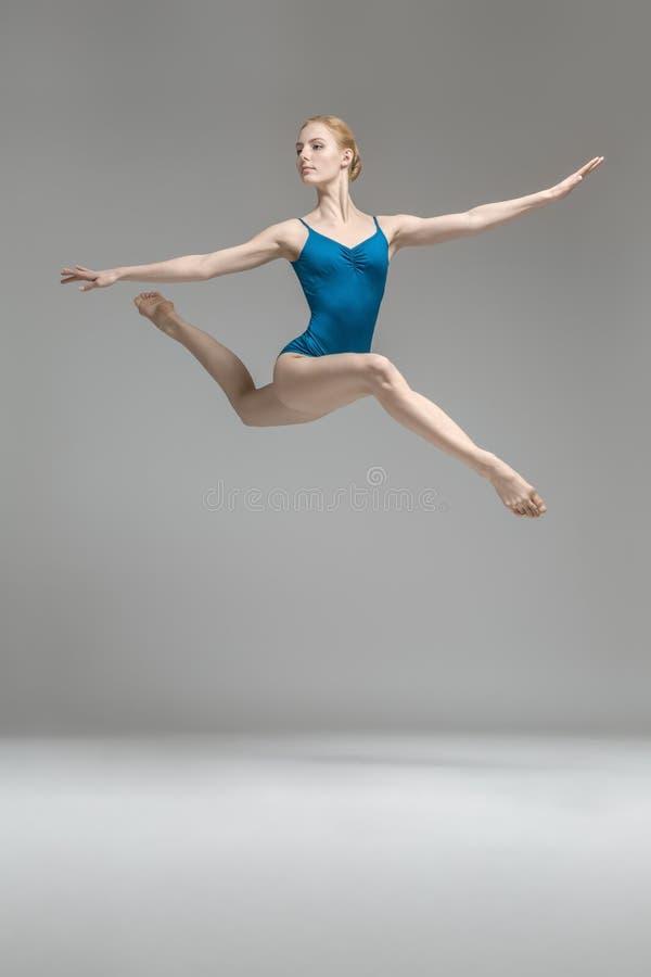 Ballerina het stellen in sprong royalty-vrije stock afbeelding