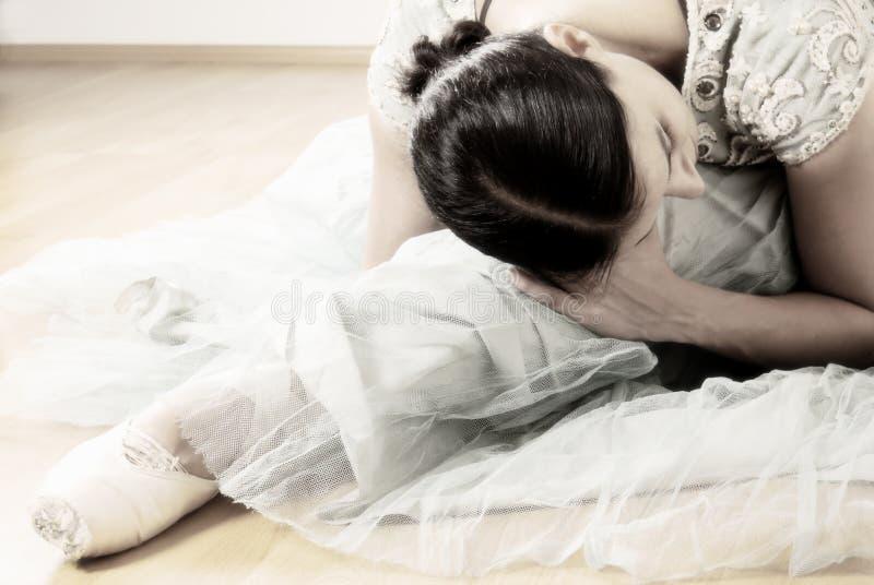 Ballerina het uitrekken zich stock foto