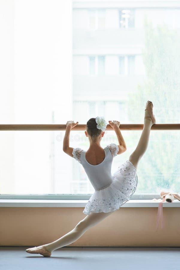 Ballerina het uitrekken zich been, achtermening royalty-vrije stock afbeeldingen