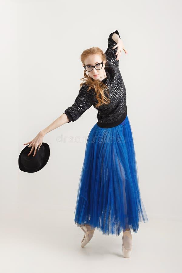 Ballerina i pointe skor dans med hatten royaltyfri fotografi