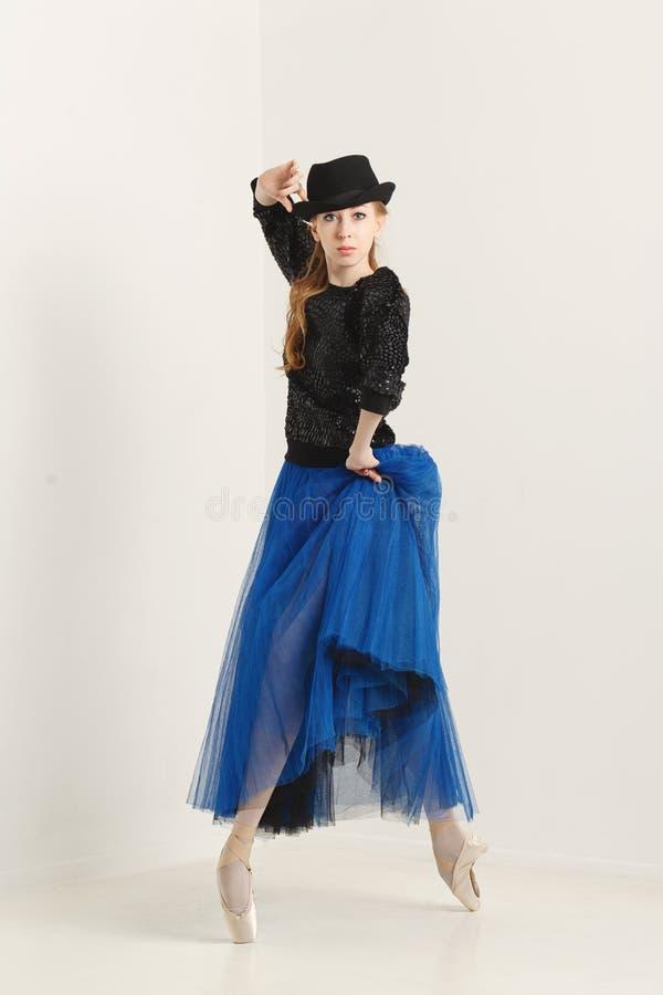Ballerina i pointe skor dans med hatten fotografering för bildbyråer