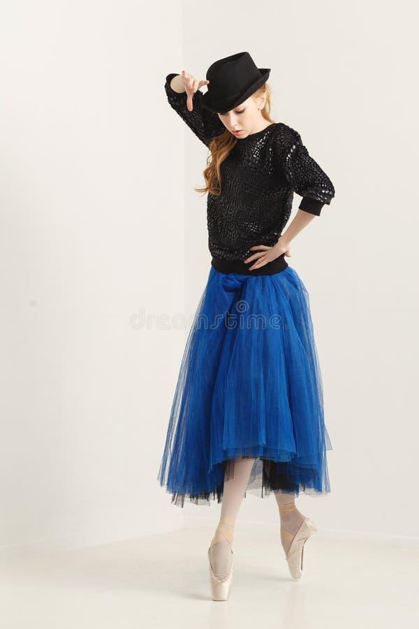 Ballerina i pointe skor dans med hatten royaltyfri foto