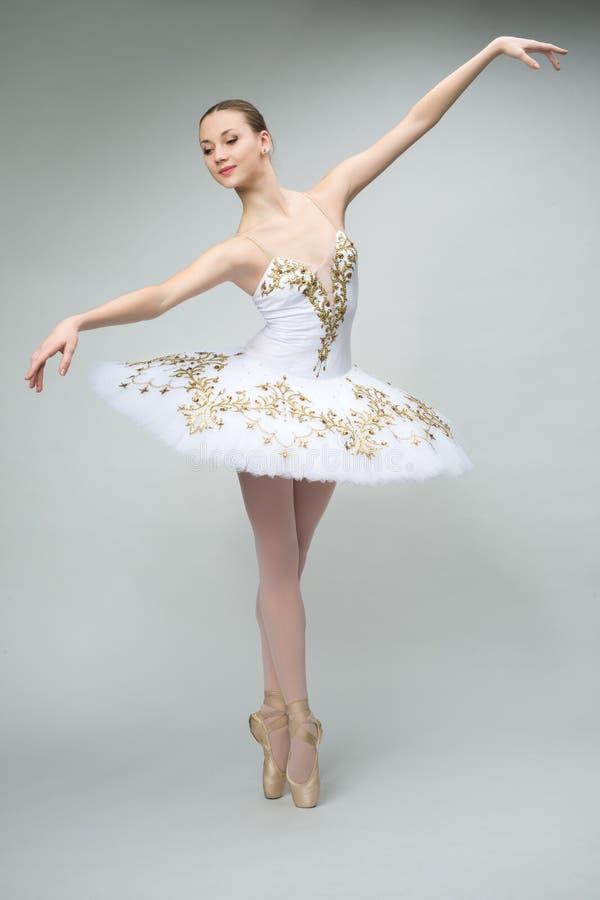 Ballerina i studion royaltyfri bild