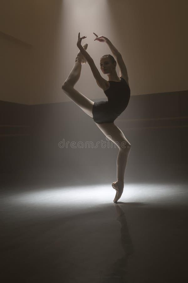 Ballerina i svart body fotografering för bildbyråer